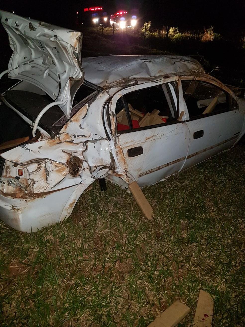 Carro capotou com meia tonelada de maconha (Foto: PMR/ Divulgação)