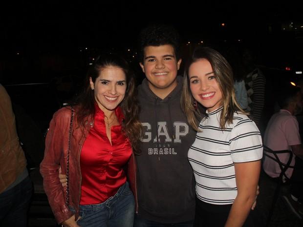 Gabriel Montenegro com a mãe, Fatima Montenegro, e Laryssa Ayres em estreia de peça na Zona Oeste do Rio (Foto: Rogerio Fidalgo/ Ag. News)