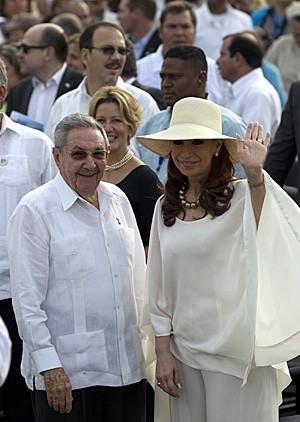 Os presidentes de Cuba, Raúl Castro, e da Argentina, Cristina Kirchner, chegam à Praça da Revolução de Havana para assistir a missa do Papa Francisco (Foto: Ismael Francisco/Cubadebate Via AP)