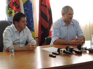 Fahel Júnior e Juninho Paulista, do Ituano (Foto: Alan Schneider )