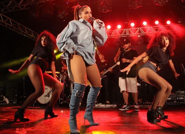 Anitta com suas dançarinas (Foto: AgNews / Wallace Barbosa)