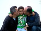 Casal homoafetivo lança livro que relata processo de adoção no RS