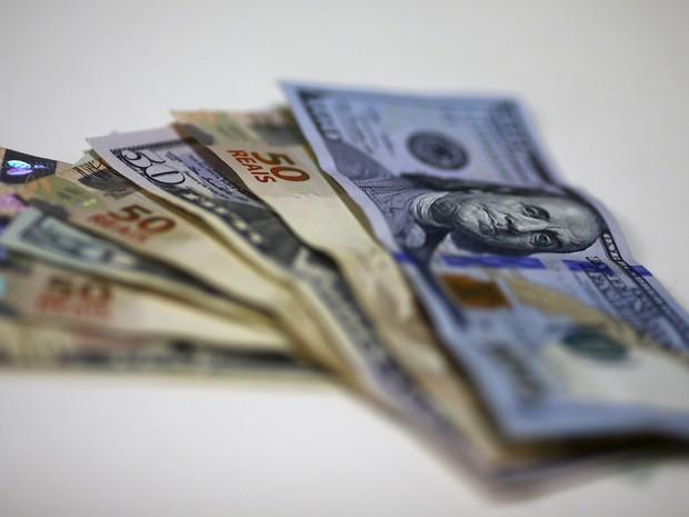 Notas de dólar e real cotação moeda norte-americana (Foto: Ricardo Moraes/Reuters)