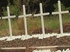 Familiares fazem 'santuário' em local de acidente com 13 mortes em Ibitinga