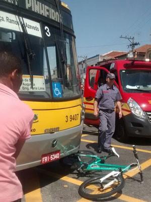 Bicicleta ficou quase debaixo do ônibus (Foto: Karina Jesus Bezerra/Arquivo pessoal)