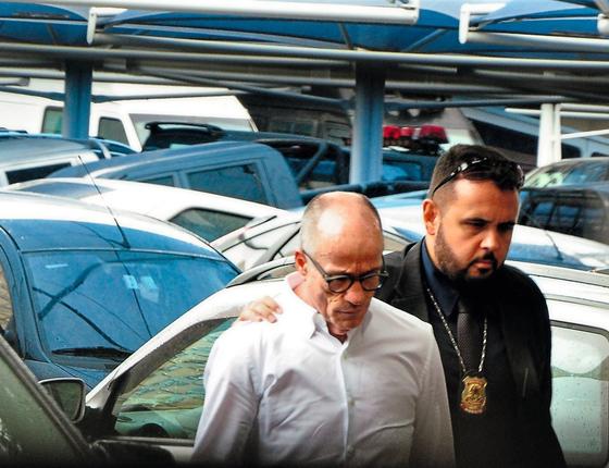 O conselheiro Aloysio Neves é levado pela Polícia Federal (Foto:  Humberto Ohana/Folhapress)