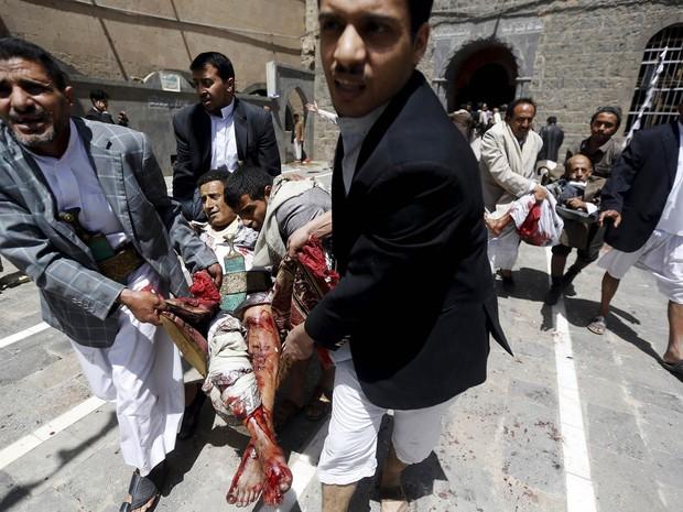 Homens carregam feridos retirando-os de dentro de uma mesquita após a explosão de uma bomba em Sana, no Iêmen. Ataques suicidas a bomba em duas mesquitas durante o período de orações da tarde deixaram dezenas de mortos e centenas de feridos (Foto: Khaled Abdullah/Reuters)