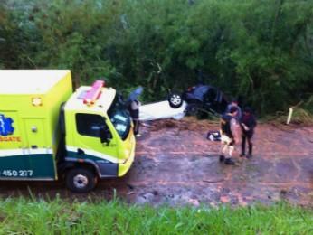 Segundo veículo quase atropelou socorristas e vítimas do primeiro acidente (Foto: Carlos Gruber / RPC TV)