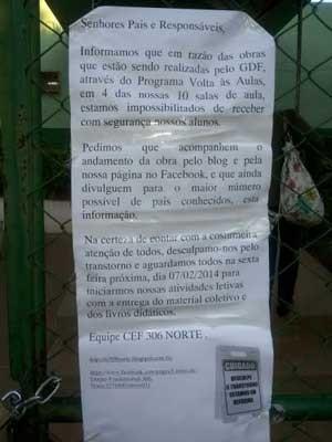 Recado deixado na porta da escola da 306 Norte, em Brasília, avisando que quatro das dez salas estão fechadas para obras (Foto: Aldair Sampaio/G1)