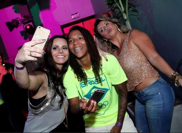 Viviane Araújo tieta medalhistas em festa (Foto: Anderson Borde e Francisco Silva/Ag News)