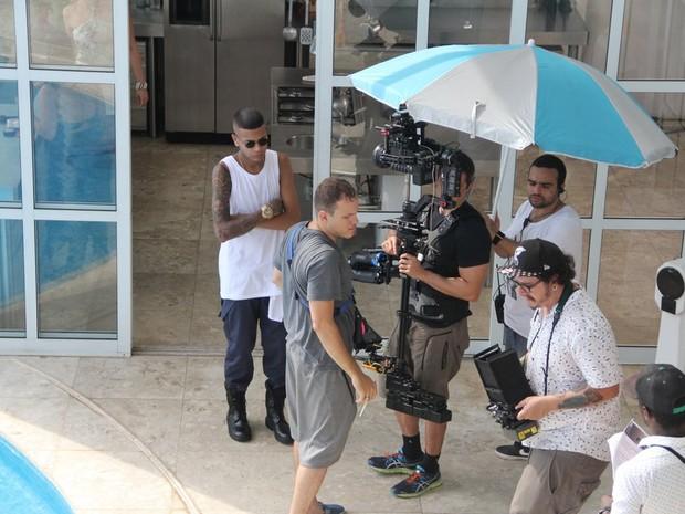 MC Duduzinho em gravação de clipe em uma mansão na Zona Sul do Rio (Foto: Rodrigo dos Anjos/ Divulgação)