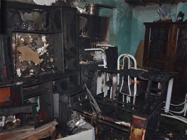 Foto destruiu parte da estante e o centro (Foto: Walter Paparazzo/G1)