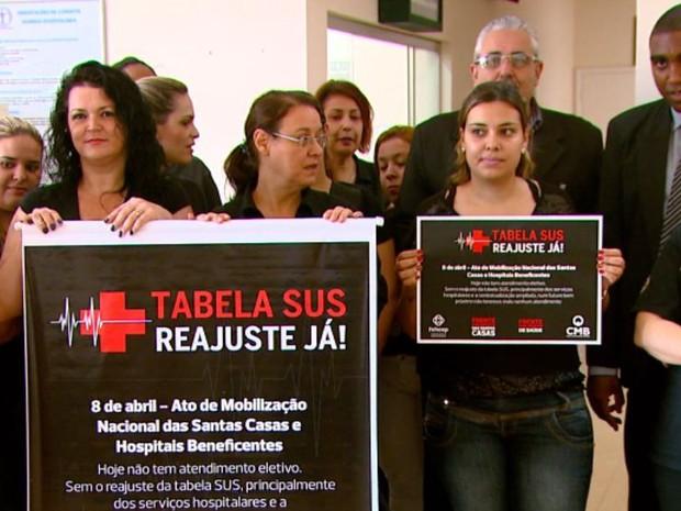 Manifstação na Santa Casa suspende cirurgias eletivas em São Carlos (Foto: Wilson Aiello/EPTV)