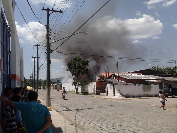 Fogo atingiu materiais recicláveis (Foto: Edilene Silva Nascimento / Vc no G1)