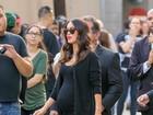 Megan Fox, de vestido justinho, exibe barriguinha de grávida