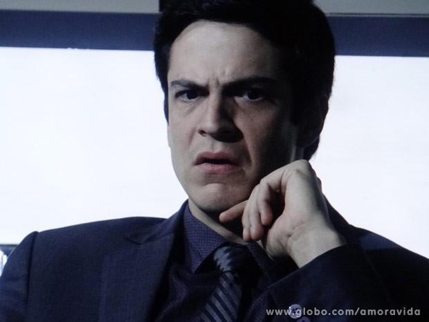 Félix fica chocado ao descobrir ligação de César com sua mulher (Foto: Amor à Vida/ TV Globo)