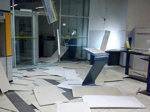 Agência ficou destruída após explosão na cidade de Iraquara (Foto: Sad Viana)