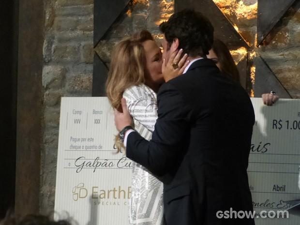 Shirley tasca beijão em Laerte na frente de todos (Foto: Em Família/TV Globo)
