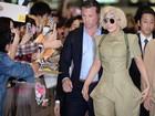 Lady Gaga é recepcionada por fãs em aeroporto de Tóquio, no Japão