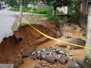 Parte da pista caiu dentro do rio e foi levada pela água no Meudom (Foto: Arquivo pessoal/Eduardo B. Passos)