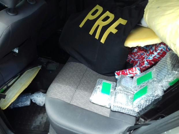 Três pessoas estavam no carro, segundo a PRF (Foto: Divulgação / Polícia Rodoviária Federal)