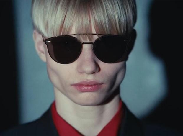 Os novos óculos de sol Dior Homme Thin Metal (Foto  Reprodução YouTube) c7c7bdf2dc