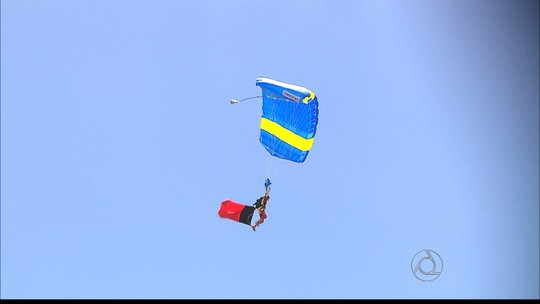 Paraquedistas saltam vestidos de super heróis em João Pessoa