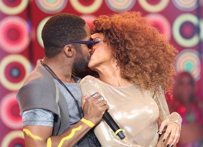 Mr. Brau rouba um beijo de Michele no palco do Domingão (Foto: Carol Caminha / Gshow)