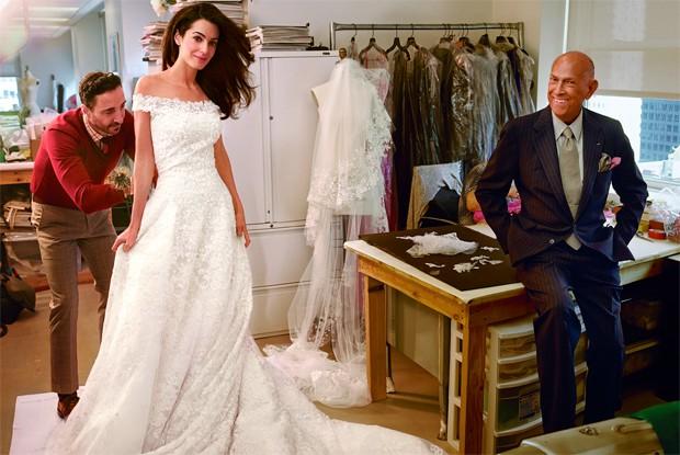 Oscar de la Renta e Amal Alamuddin, a amada de George Clooney, na prova do vestido de noiva assinado pelo designer. (Foto: Annie Leibovitz / Reproduo Vogue America)