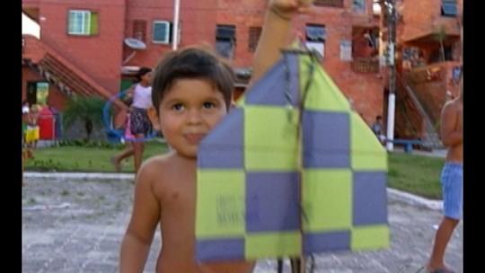 Brincadeiras ao ar livre animam as férias escolares das crianças