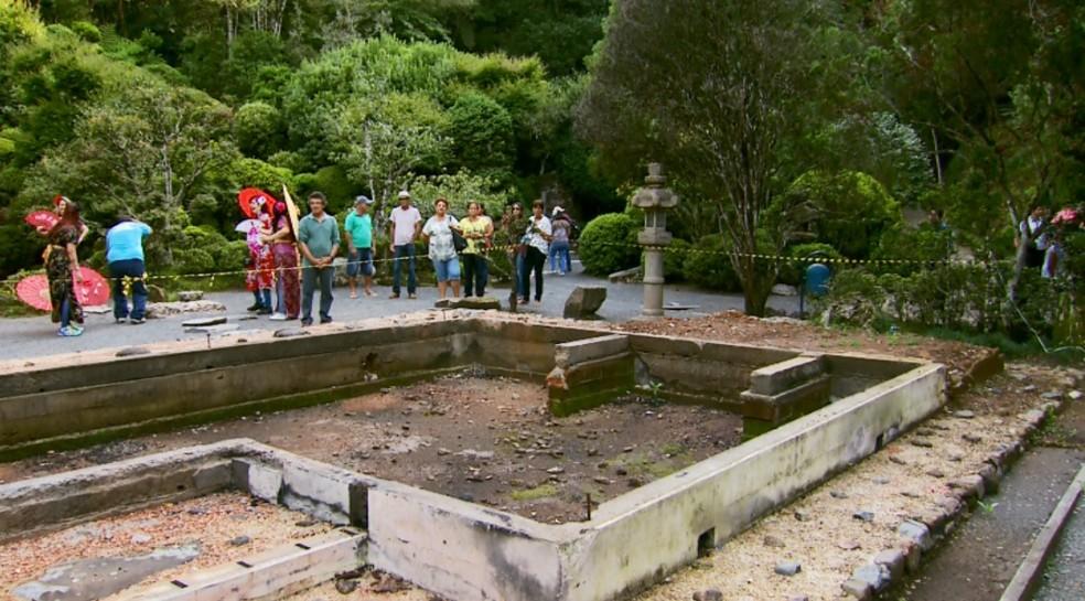 Casa de Chá permanece destruída no Recanto Japonês após quase um ano (Foto: Reprodução/EPTV)