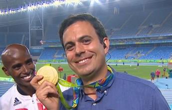 """Fã de Neymar, Farah celebra ouro, tira selfie e """"doa"""" medalha para repórter"""