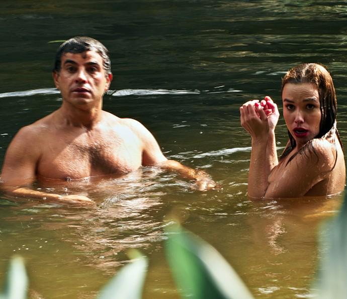 Zé e Sarita são flagrados no rio! (Foto: TV Globo)