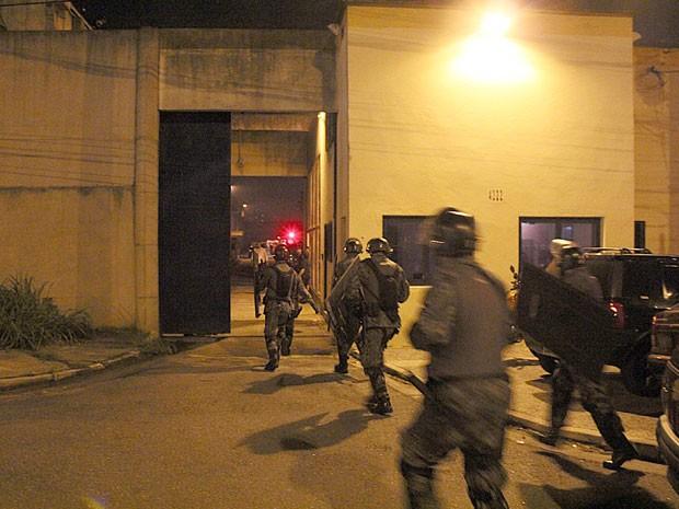 Policiais do Choque entrando na Fundação Casa durante rebelião (Foto: Edison Temoteo/Futura Press/Estadão Conteúdo)