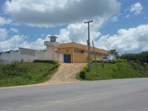 Suspeitos investigados na Operação Pulverização foram levados para o Presídio Rorenildo da Rocha Leão, em Palmares (Foto: Paula Cavalcante/ G1)