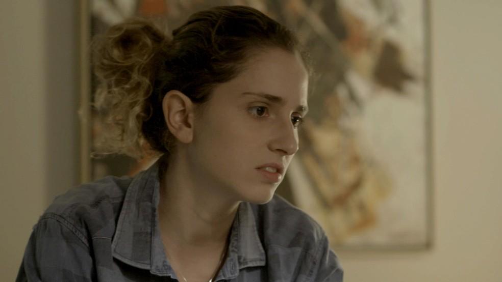 Ivana decide se entregar a Cláudio, mas não parece muito feliz... (Foto: TV Globo)