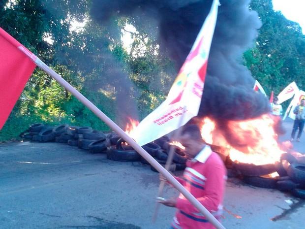 Manifestantes atearam fogo em pneu na BR-101 (Foto: Central dos Trabalhadores da Bahia Regional Sul Bahia)