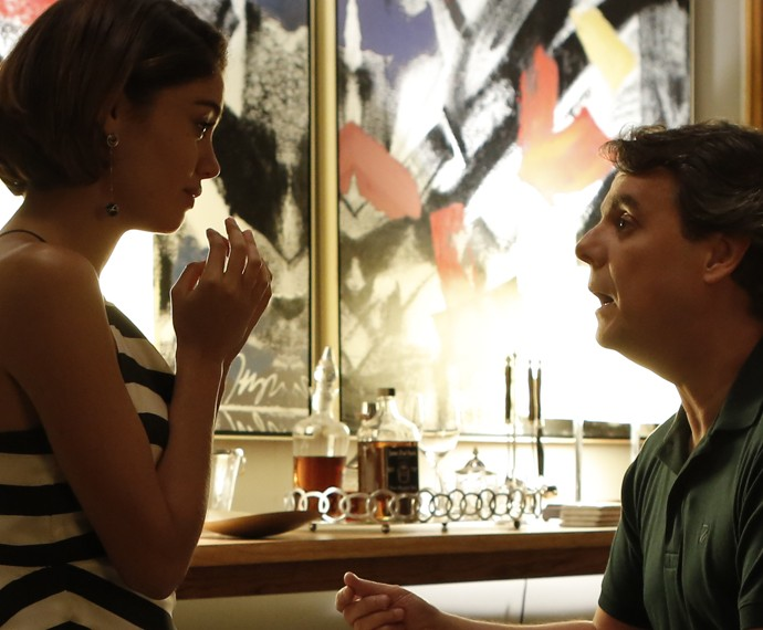 Ajoelhado, Evandro faz pedido de casamento (Foto: Fábio Rocha/Gshow)