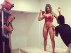 Ex-BBB Fabiana exibe boa forma em ensaio de lingerie