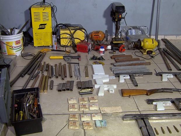 Polícia descobre fábrica de armas caseiras em Belo Horizonte (Foto: Reprodução/TV Globo)