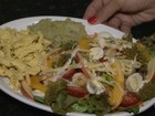 Aprenda a fazer uma salada  tropical; assista ao vídeo