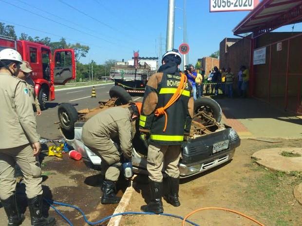 Bombeiros usaram desencarcerador para serrar veículo (Foto: Graziela Rezende/G1 MS)