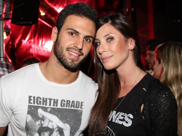 Lizzi Benites com o namorado em boate em São Paulo (Foto: Thiago Duran/ Ag. News)