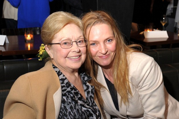 A atriz ao lado de  Mathilde Krim, presidente da amfAR  (Foto: Getty Images)