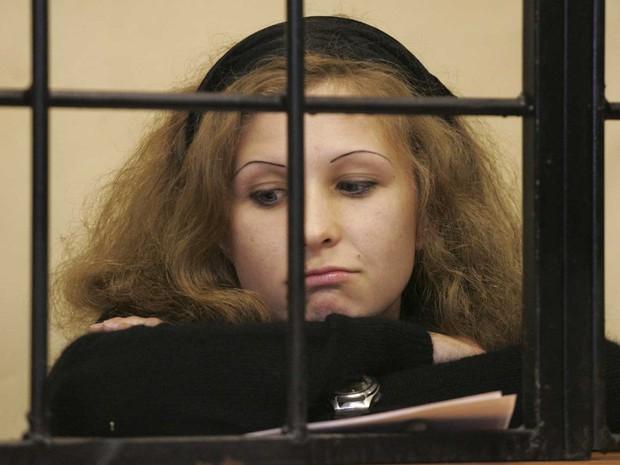 Maria Alyokhina, componente da banda punk Pussy Riot, na cela dos réus durante audiência de seu julgamento em Nishny Novgorod. Ela segue presa após ato em que a banda fez uma apresentação sobre o altar de uma igreja em Moscou. (Foto: Roman Yarovitsyn/Reuters)
