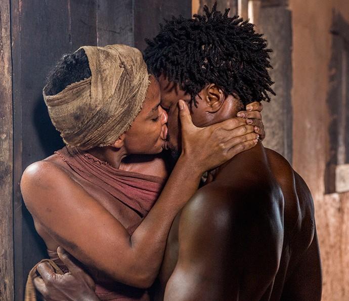 Luanda e Saviano se beijão com paixão (Foto: Felipe Monteiro / Gshow)
