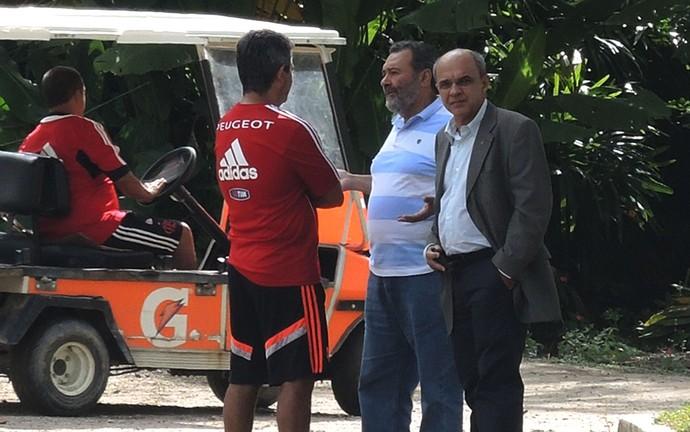 Eduardo Bandeira Ney Franco e Fred Luz conversam no Ninho do Urubu (Foto: Carlos Mota)
