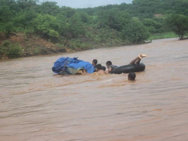 Corpo é resgatado em bote na cidade de Acauã na região Sul do Piauí (Foto: Fábio Nascimento/Portal FN Notícias )