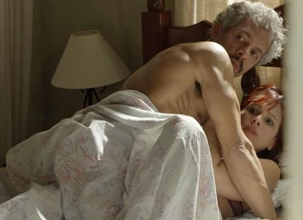 Domingas pega o marido na cama com outra e acaba humilhada