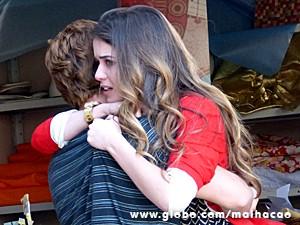 Serguei acode Flaviana, que está aos prantos (Foto: Malhação / TV Globo)
